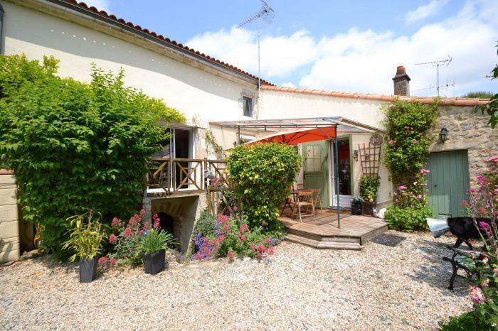 Exclusivit� - Jolie maison avec un tr�s beau jardin arbor� à vendre CHANTONNAY au prix de 180200 euros