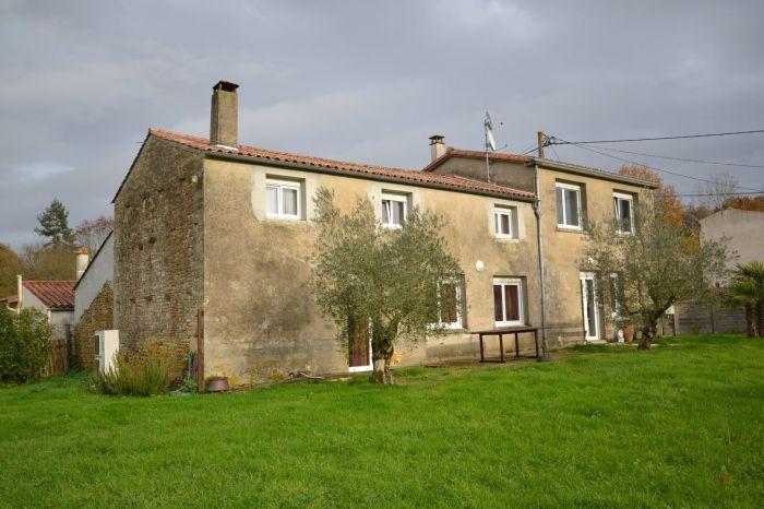 Maison ancienne dans village STE HERMINE immobilier à vendre au prix de 169600 euros