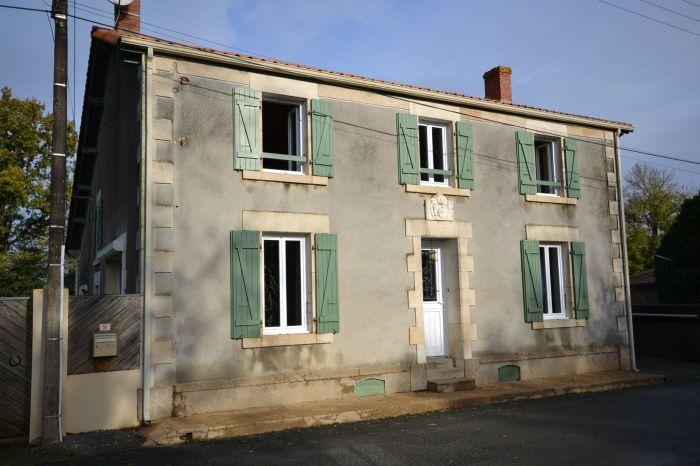 Vaste maison de campagne r�nov�e à vendre CHANTONNAY au prix de 201400 euros