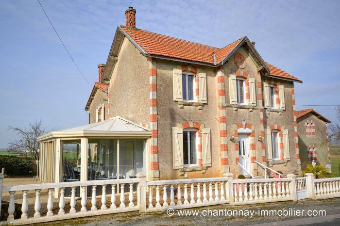 Tr�s jolie maison de caract�re en parfait �tat d'entretien CHANTONNAY immobilier à vendre au prix de 263750 euros