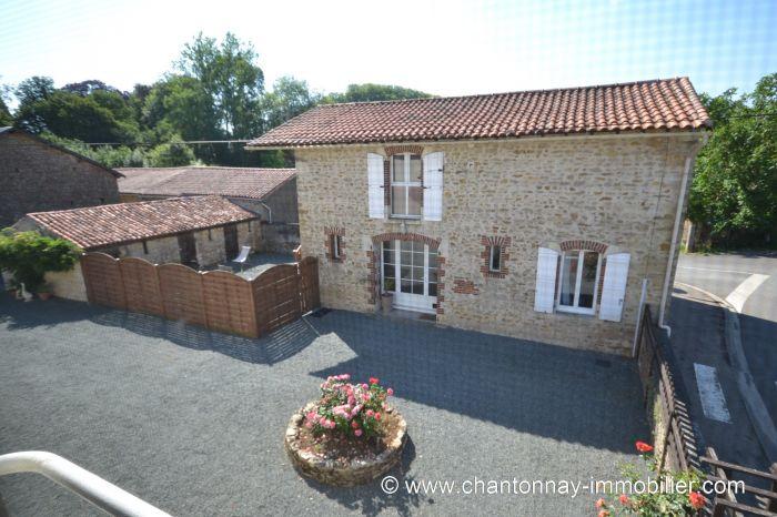 Bel ensemble immobilier dans bel environnement axe CHANTONNA à vendre CHANTONNAY au prix de 493000 euros