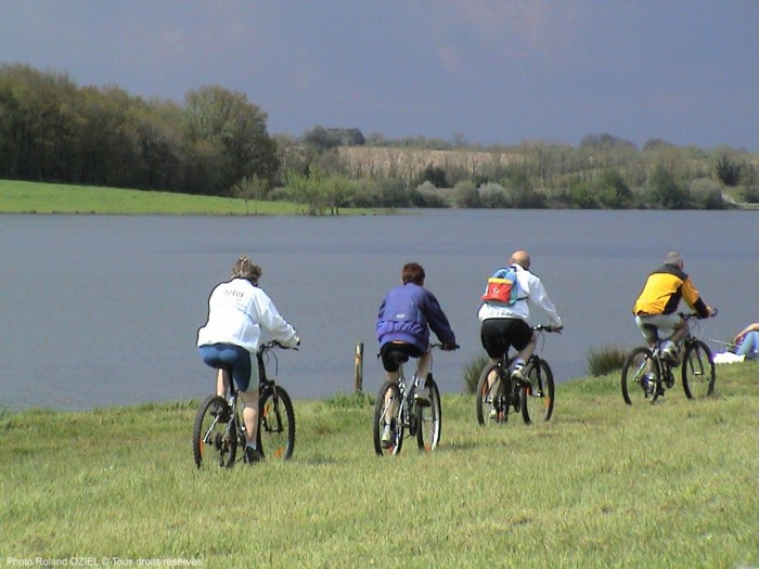 lac de rochereau à vélo